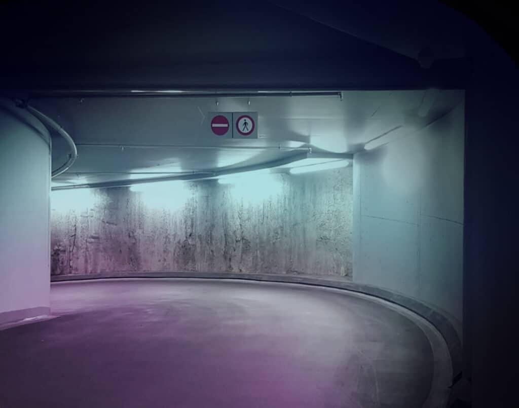 Diese Abbildung zeigt eine Abfahrt in einer Tiefgarage mit Schulz Beleuchtung - Referenzen in Bestform
