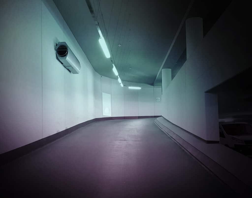 Diese Abbildung zeigt eine Auffahrt in einer Tiefgarage mit Schulz Beleuchtung - Referenzen in Bestform